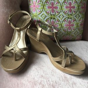 Hush Puppies muted gold thong wedged sandals 7.5